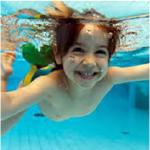 ñino sumergido piscina